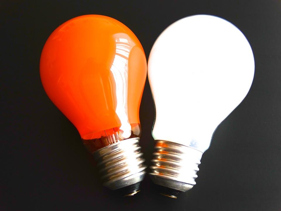 červená a bílá žárovka