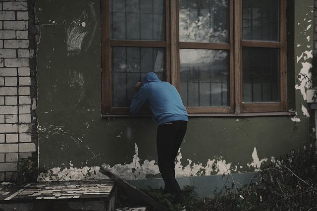 zloděj u okna