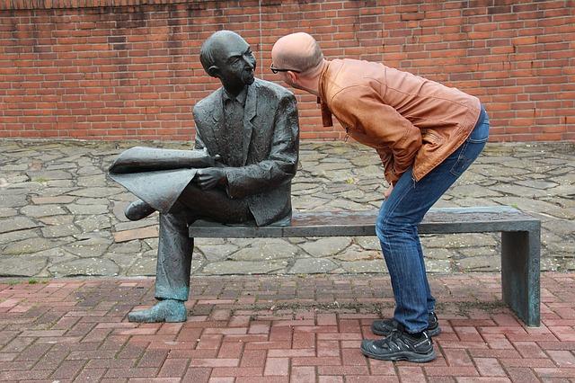 člověk u sochy