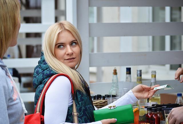 platící blondýna