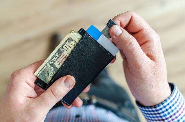 peněženka s bankovkami a kartou