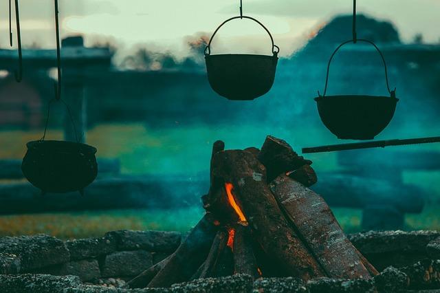 kotlíky nad ohněm