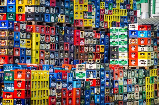 barevné bedny ve skladu lahve