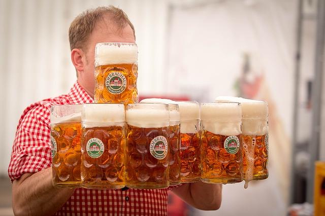 muž nese tupláky s pivem prodej piva