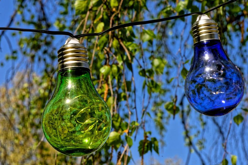 modrá a zelená žárovka